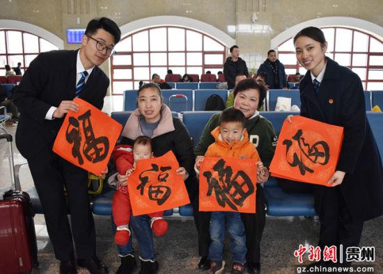 """图为车站工作人员向旅客赠送""""福""""字。"""