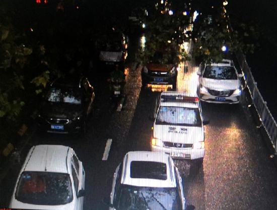警车通过北京路