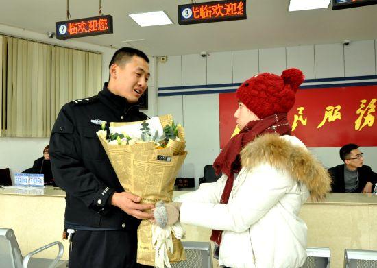 群众给蔡伟送花