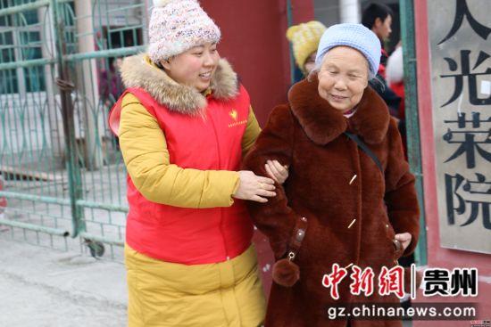 志愿者挽扶老人边走边聊家常话。陈时安 摄