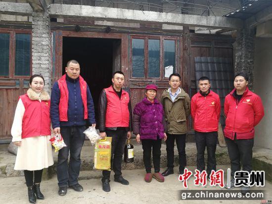 志愿者走进农村老人家中慰问 陈时安 摄
