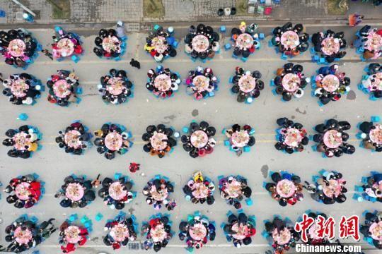 贵州惠水上万名易地扶贫搬迁户同吃团圆饭喜迎新年。 贺俊怡 摄
