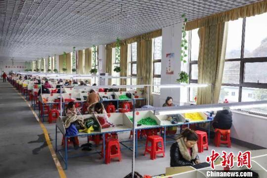 """资料图:贵州玉屏搬迁安置点建起""""扶贫微工厂""""。 瞿宏伦 摄"""