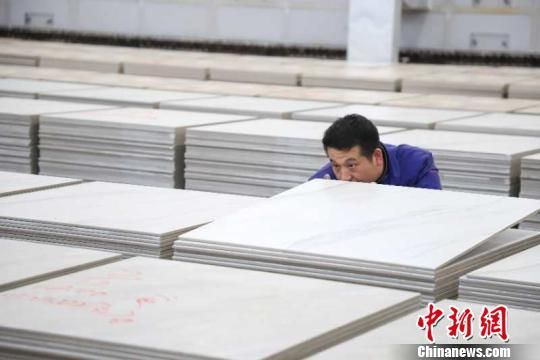 资料图:贵州大方发展陶瓷产业,助力贫困民众就近就业。 瞿宏伦 摄