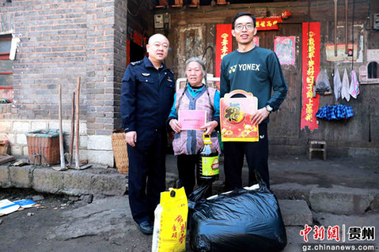 走进农家,为困难老党员送上慰问物品和新春祝福。