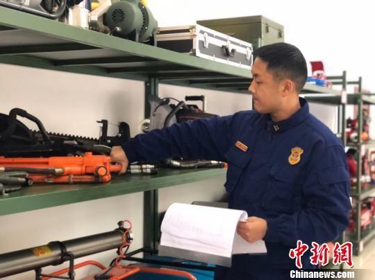 图为何力盘点消防器材。袁超 摄