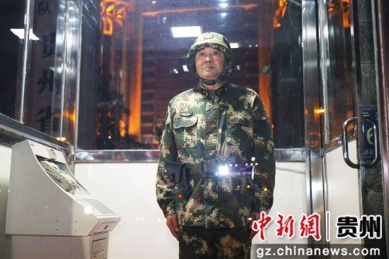 武警贵州总队华荣林司令员替战士站岗