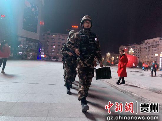 武警黔东南支队官兵除夕夜城市武装巡逻