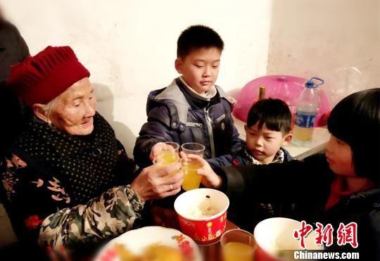 曾孙举杯,为老人送去祝福。 杨发娣 摄