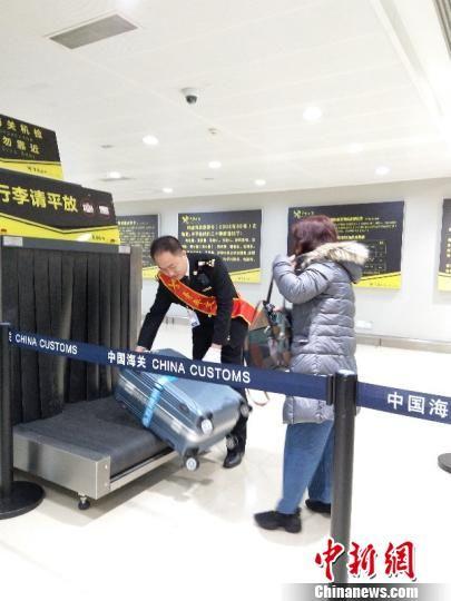 海关关员监管旅客行李物品。贵阳海关供图