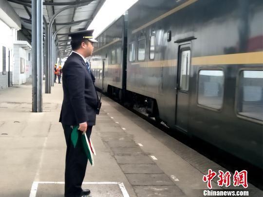 值班员刘鉴正在立岗接车。 王文龙 摄