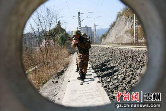 图为特战队员协同作战。