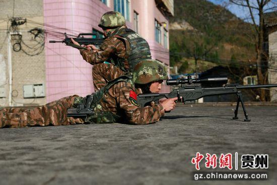 图为狙击组占领制高点。