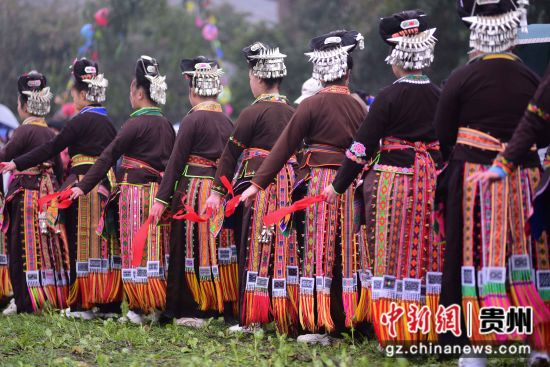 图为村民在跳锦鸡舞。 杨武魁 摄