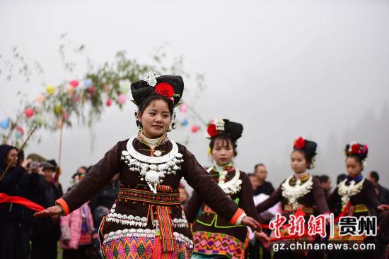 图为几名苗族女孩在跳锦鸡舞。 杨武魁 摄