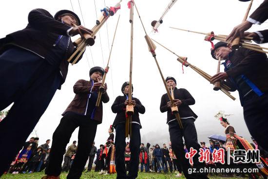 图为苗族村民在吹奏锦鸡舞芦笙曲。 杨武魁 摄