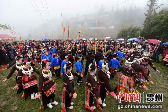 图为苗族村民在跳锦鸡舞。 杨武魁 摄