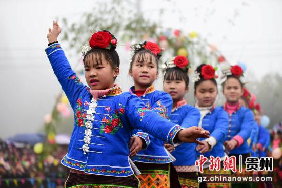 图为苗族小女孩在跳锦鸡舞。 杨武魁 摄