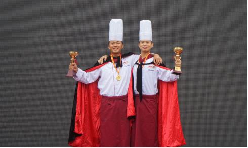 """2016年12月,张文福(左)获得成都财贸校烹饪技能比赛""""刀工王""""称号。"""