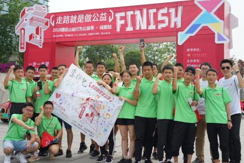 """2018年5月,张文福(第二排左四)与其他几名希望厨师一同参加""""公益跑"""",为白血病儿童献爱心。"""