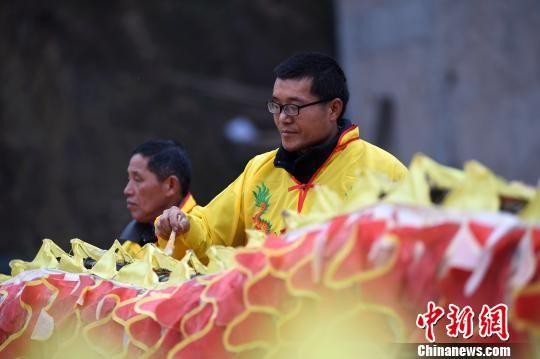 贵州省台江县台拱街道温泉村大德苗寨的村民在给龙身添色。 刘开福 摄