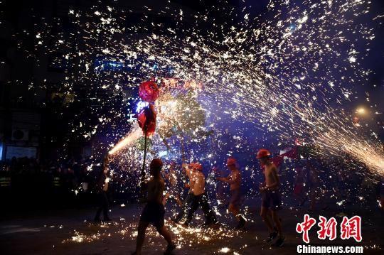 往年精彩的舞龙嘘花表演。 刘开福 摄