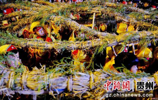 """2月13日农历正月初九,在贵州省施秉县城关地区传统一年一度的""""龙灯会""""上, 县示范幼儿园和城关中心小学的孩子们进行传统""""草把龙""""传承演示场景。 奉力 摄"""