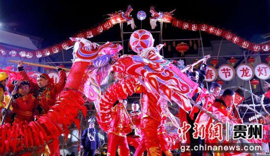 """2月13日农历正月初九,在贵州省施秉县城关地区传统一年一度的""""龙灯会""""上, """"二龙抢宝""""。奉力 摄"""