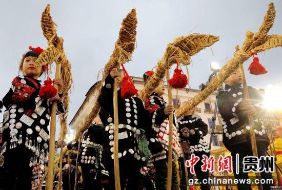 """2月13日农历正月初九,在贵州省施秉县城关地区传统一年一度的""""龙灯会""""上, 县示范幼儿园和城关中心小学的孩子们进行传统""""草把龙""""传承演示。奉力 摄"""