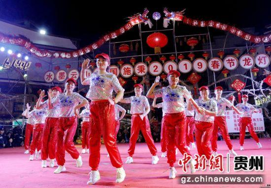 """2月13日农历正月初九,在贵州省施秉县城关地区传统一年一度的""""龙灯会""""上, 一社区团队献演。奉力 摄"""