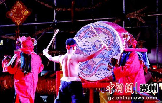 """2月13日农历正月初九,在贵州省施秉县城关地区传统一年一度的""""龙灯会""""上的祭祀仪式。奉力 摄"""