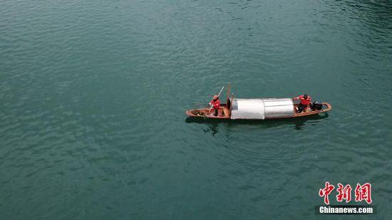 2月14日,芦忠华和胡孟君夫妻俩乘打捞船打捞锦江河河道中的垃圾。芦忠华和胡孟君夫妻是贵州省铜仁市碧江区环卫局的环卫工人,夫妻两人每天要和队友负责面积约350万平方米、长约12公里的锦江流域的垃圾打捞工作,从2006年始至今已坚守13年。2018年,芦忠华和胡孟君被评为贵州省道德模范。瞿宏伦 摄
