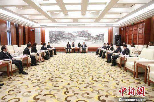 贵州省副省长卢雍政会见日方客人并举行座谈。 宁南 摄