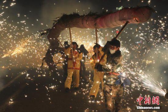 2月19日,正值正月十五,贵州省黔南布依族苗族自治州瓮安县民众在该县猴场镇举办2019年龙狮文化艺术节,欢度元宵佳节。中新社记者 瞿宏伦 摄