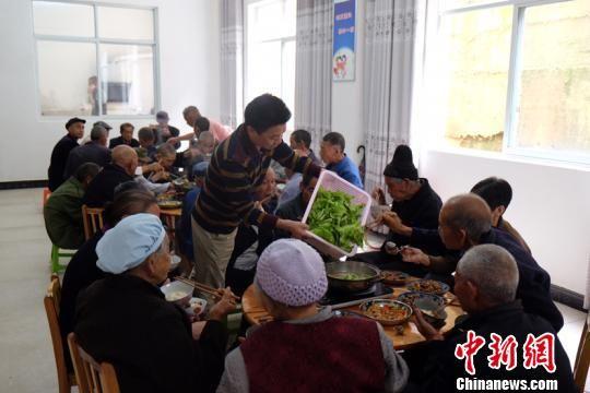 岑巩县社会福利中心吃饭的老人们。徐学练 摄。