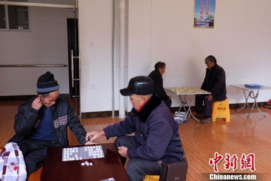 老人们在下棋。徐学练 摄。