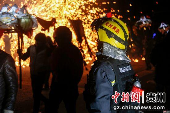 19日,贵州省黔东南州举行的舞龙嘘花狂欢之夜活动。黔东南消防支队高度重视、提前介入,圆满完成了元宵节舞龙嘘花的消防安全保卫工作任务。潘德玉 摄