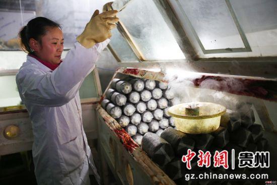 2月26日,在贵州省毕节市大方县慕俄格办事处关井村乌蒙菌业食用菌生产基地,村民们正在给菌袋消毒。罗大富 摄