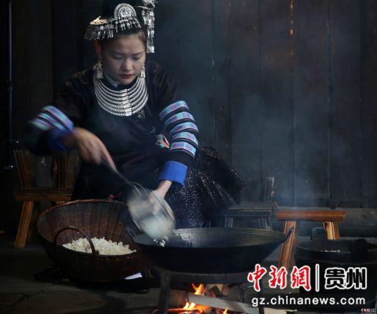 如今,这种制作繁琐的侗乡饮食方式正慢慢地被侗族的年青人们所淡化。许多外出的侗乡儿女都把油茶当成是一种乡愁,一种牵挂。