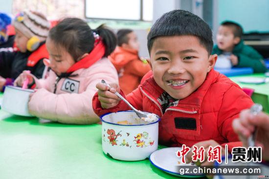 贵州榕江水尾水族乡中心小学学前班开学第二天。贺俊怡 摄