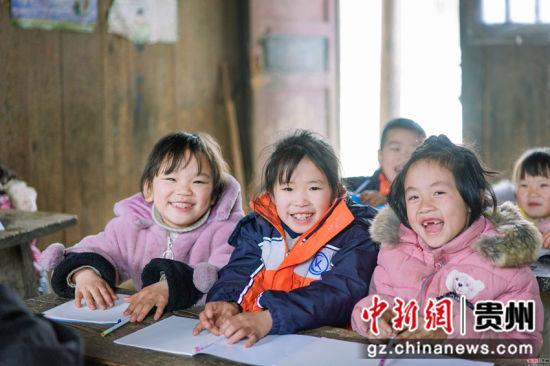 贵州榕江�I尧教学点一年级学生开学第一天。贺俊怡 摄