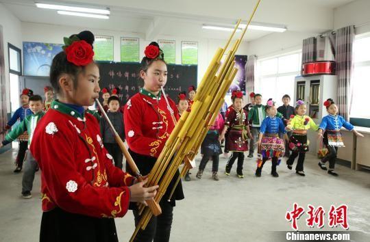 图为兴趣班的学生在吹奏芦笙。 黄晓海 摄