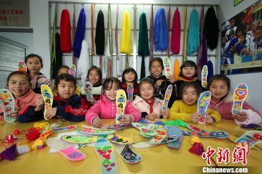 图为兴趣班学生在展示自己的刺绣作品。 黄晓海 摄