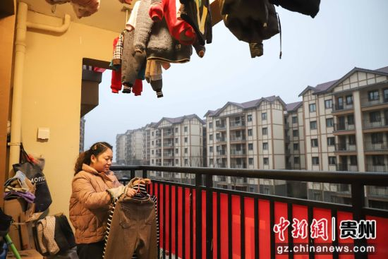 图为珙桐新区居民在收衣服。 瞿宏伦 摄