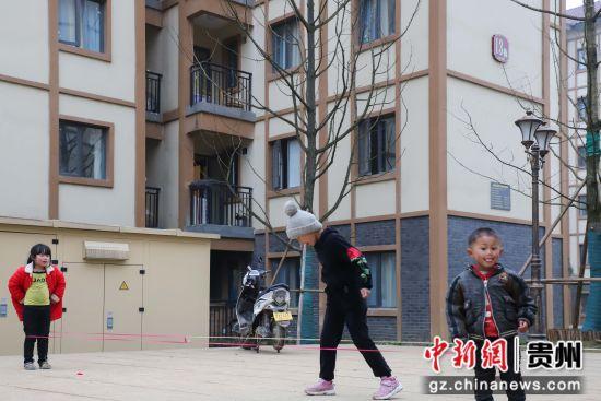 图为孩童在贵州纳雍居仁街道珙桐新区玩耍。 瞿宏伦 摄