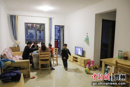 图为在贵州纳雍居仁街道珙桐新区居民杨修群一家在吃晚饭。 瞿宏伦 摄