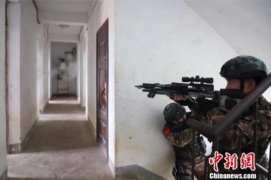 周亨与其他队员练习拐角射击。 瞿宏伦 摄