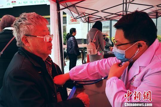 浙江省绍兴市人民医院专家在贵州省水城县开展义诊活动 唐福敬 摄