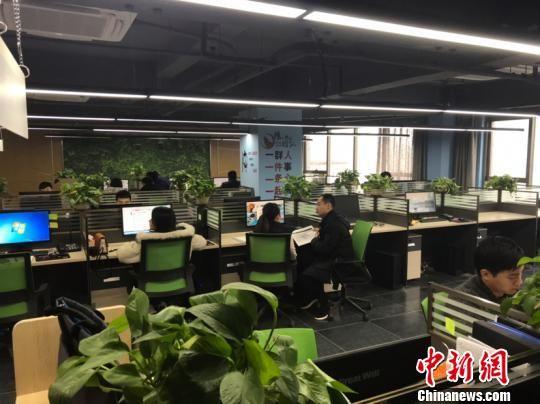 """记者实地探访实行""""孝顺金""""制度的贵州某公司。 冷桂玉 摄"""