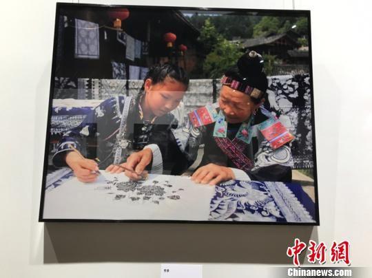 云上丹寨影像展馆展出的摄影作品。 周燕玲 摄